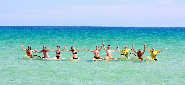 Surferi na plaži.